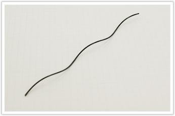 線径が小さく、巻きピッチが粗い且つ均等な圧縮バネ状のコイル
