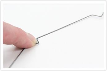 カバーを押さえる保持金具の線材曲げ加工品