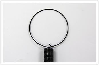両端をリング状とフック状に加工した引張バネ