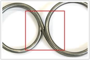 左右でコイル径の大きさと巻き方向が異なるトーションバネ